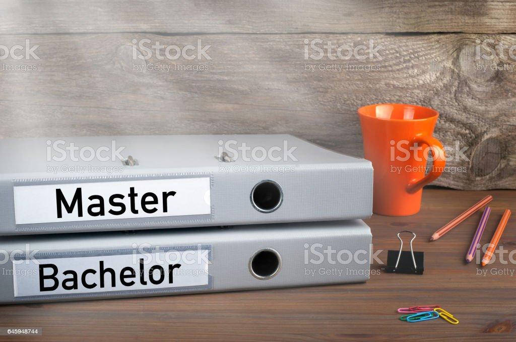 Bachelor- und Master - zwei Ordner auf hölzernen Schreibtisch – Foto