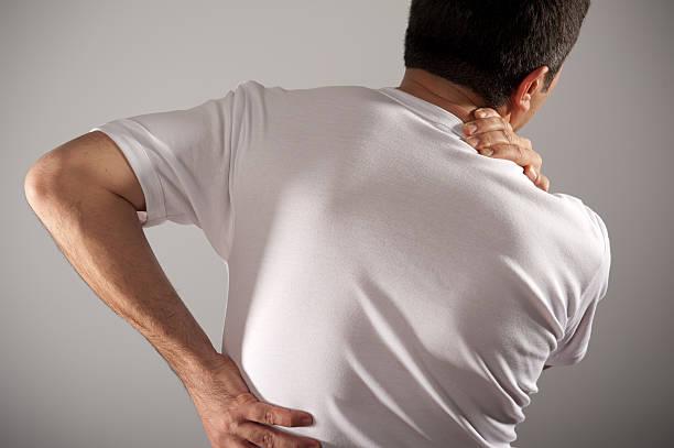 rücken und schulterschmerzen - schultersteife stock-fotos und bilder