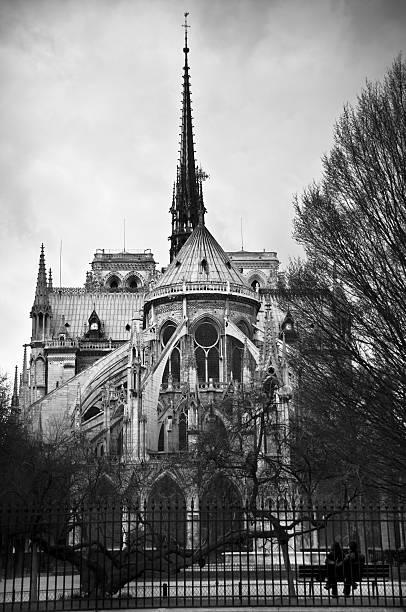 Arrière de la cathédrale Notre-Dame de Couple assis sur un banc de musculation - Photo
