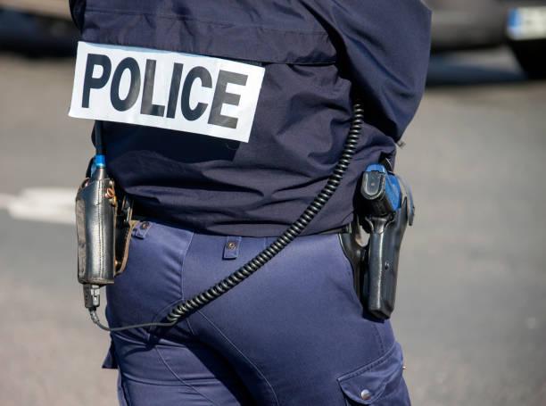 """retour de l'agent de police avec l'inscription """"police"""" avec une arme à feu et un talkie-walkie. - france photos et images de collection"""
