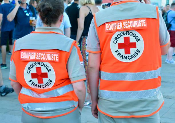 L'arrière de deux personnes qui travaillent dans le Croix Rouge Français - Photo