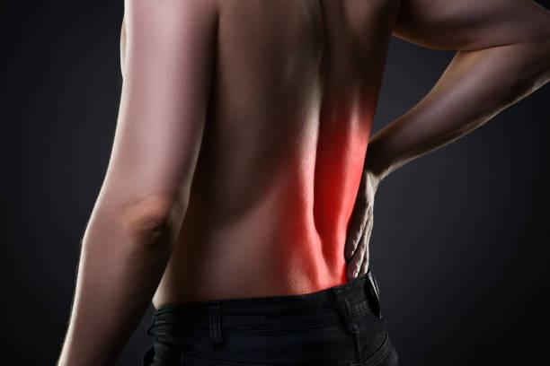 dor, inflamação de rim nas costas, dor no corpo do homem - parte inferior - fotografias e filmes do acervo