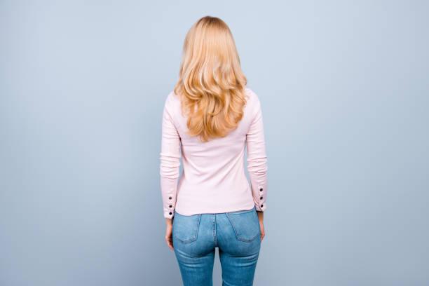 nuevo foto de la vista trasera de éxito profesional vistiendo ropa casual mujer hermosa está todavía, aislados en fondo gris - chica rubia espaldas fotografías e imágenes de stock