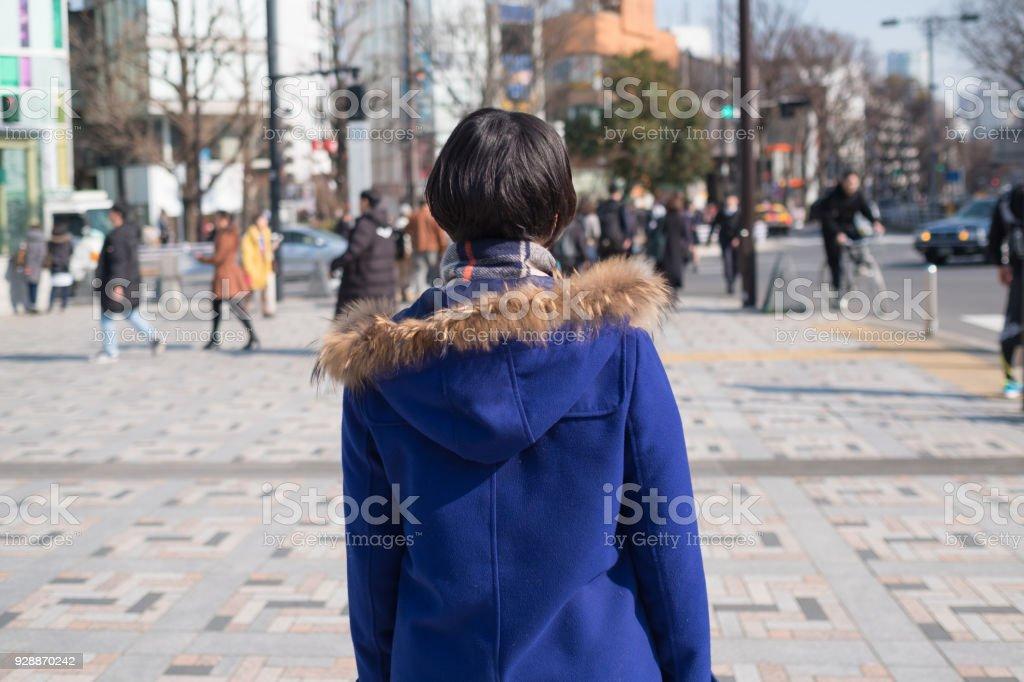 都市通りで若い女性のバック ショット ストックフォト