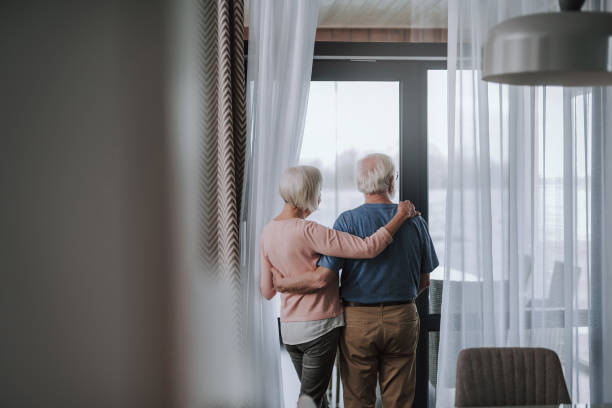 rückseite rentnerpaar genießen zeit zusammen - seniorenwohnungen stock-fotos und bilder