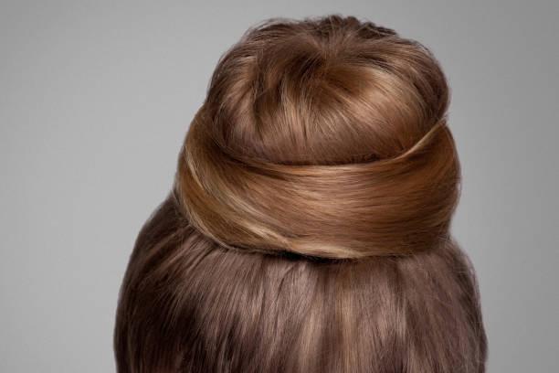 rückseite blick closeup portrait mit kreativen elegante braune gesammelten frisur, bun haar. - frisuren mit kurzen zöpfen stock-fotos und bilder