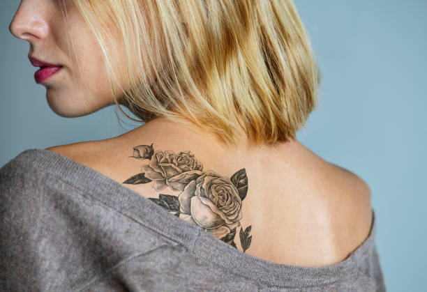 Back tattoo of a woman - foto stock
