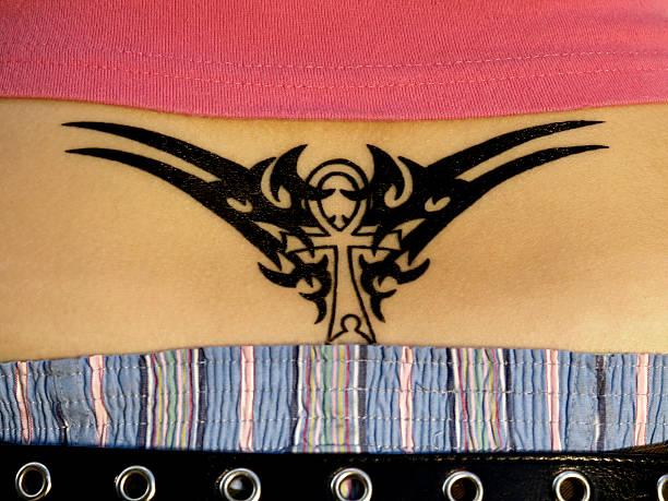 rücken-tattoo - unterer rücken tattoos stock-fotos und bilder