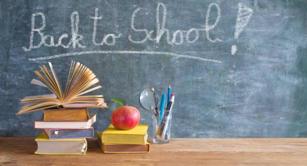 Zurück zur Schule nach der Coronavirus-Sperre, Unterrichtsmaterial, Bücher, Stifte, Nachricht an der Tafel – Foto
