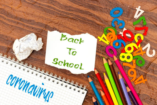 zurück zur Schule und Coronavirus-Konzept, bunte Bleistift und Notizbuch, Holznummern – Foto