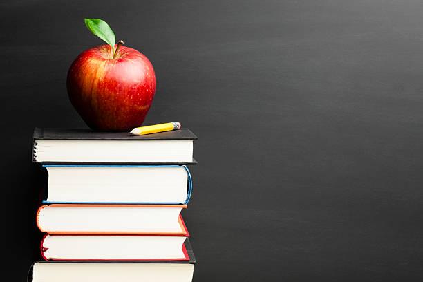 Zurück in die Schule-Apfel Tafel Bildung Hintergrund Bücher Gestapelt – Foto
