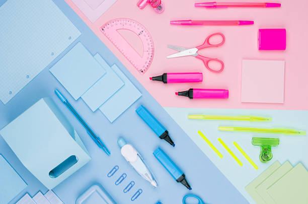 zurück zu schule hintergrund - farbig unterschiedliche briefpapier set auf weiche neon blau, rosa, grün papierhintergrund, ansicht von oben. - pastellstifte stock-fotos und bilder