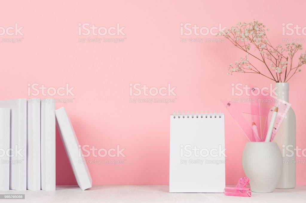 Retour aux origines de lécole pour fille blanc et rose papeterie