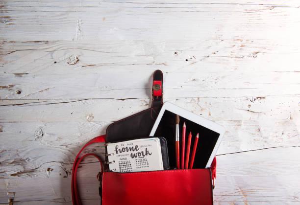 zurück zu schule komposition - kinderhandtaschen stock-fotos und bilder