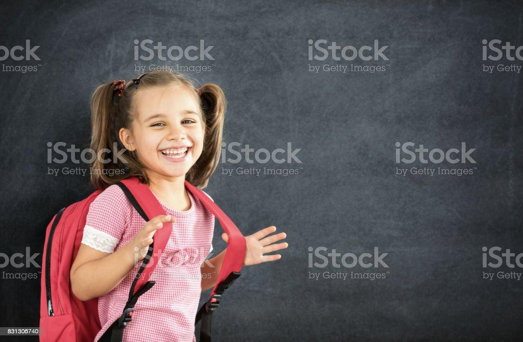 Zurück zum Schulkonzept, glücklich lächelnd Schulmädchen studieren – Foto