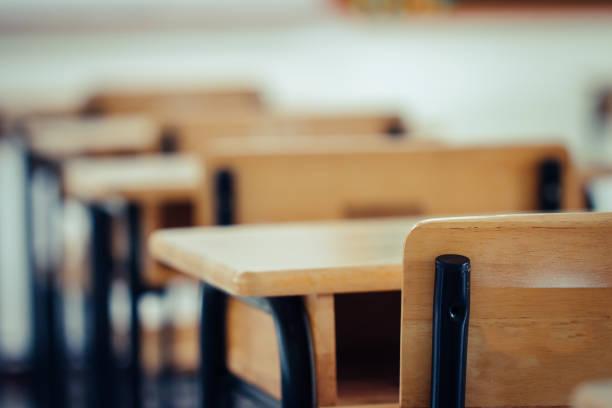 回到學校的概念。學校空教室,課間有課桌椅鐵木,用於高中沒有年輕學生的高中課程,中學內部 - 無人 個照片及圖片檔