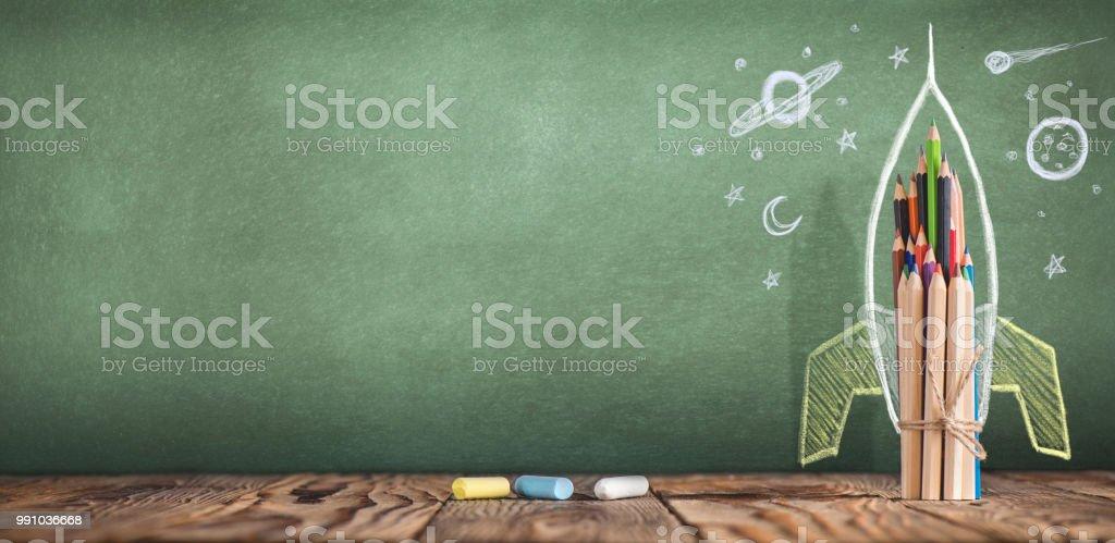 Zurück zum Schulkonzept mit handgezeichneten Rakete auf Tafel – Foto