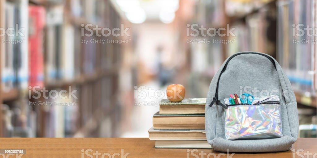 Zurück zum Schulkonzept mit Schulbücher, Lehrbücher, Rucksack und Schreibwaren Bürobedarf auf Klassenzimmer Schreibtisch mit Bibliothek oder Klasse Hintergrund für pädagogische neue akademische Jahr beginnen oder studieren Laufzeitbeginn – Foto