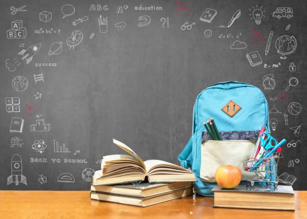 Zurück zu Schulkonzept mit Schulbücher, Lehrbücher, Rucksack und Schreibwaren Bürobedarf auf Klassenzimmer Schreibtisch mit schwarzen Tafel für Lehrer mit pädagogischen Doodle für neue akademische Jahr beginnen – Foto