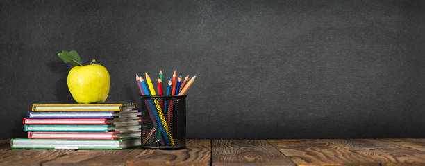 Zurück zum Schulkonzept mit Briefpapier Lieferungen und Blackboard – Foto