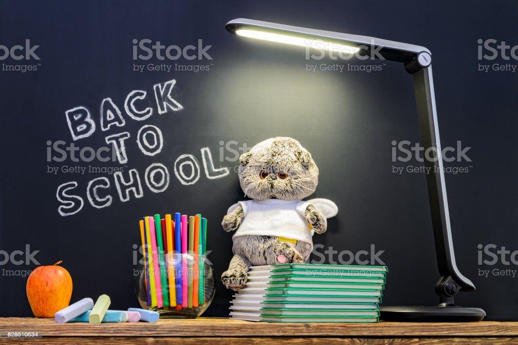 Retour à lécole concepty avec écrit sur le tableau noir et bureau