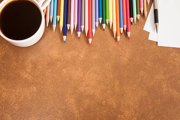 Zurück zur Schule. Bildung. Bunte Bleistifte in einer Zeile geschärft. – Foto
