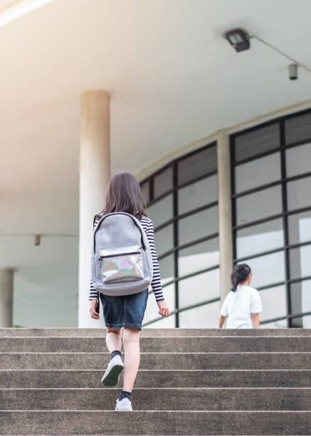 Zurück zur Schule Rucksäcke Bildungskonzept mit Mädchen Kinder (Grundschüler) tragen, gehen, laufen, Klasse Schule ersten Tag und gehen Gebäude Treppe glücklich – Foto
