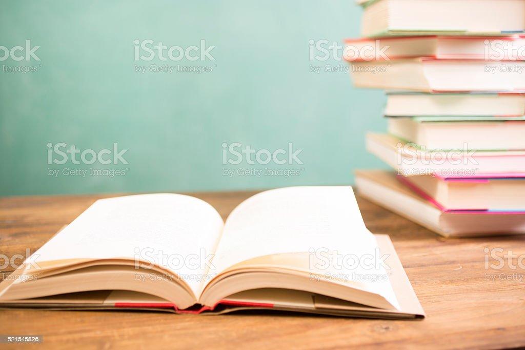 Retour à lécole léducation livres au bureau pour travailler