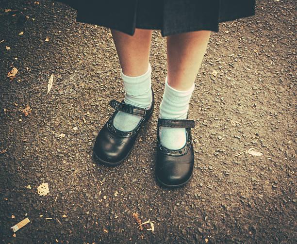 zurück zu schule mädchen - schuhe auf englisch stock-fotos und bilder