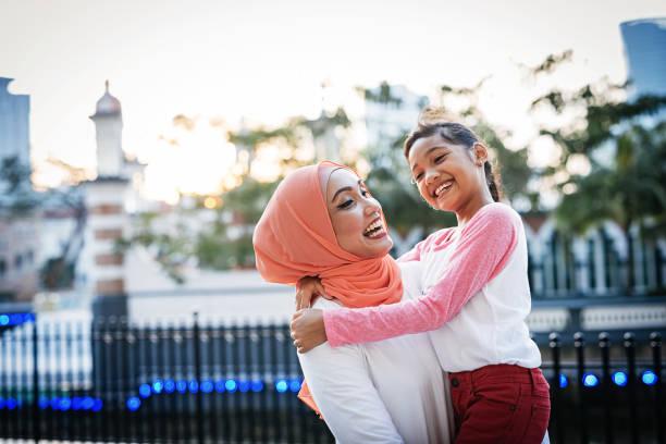 voltar para a escola - mãe preparar a filha para a escola e compartilhar amor - malásia - fotografias e filmes do acervo