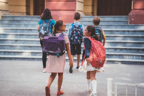 zurück zur schule - grundschule stock-fotos und bilder