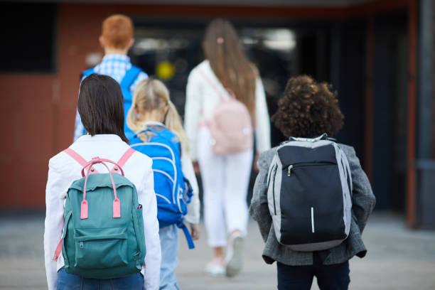 back to school - cartella scolastica foto e immagini stock