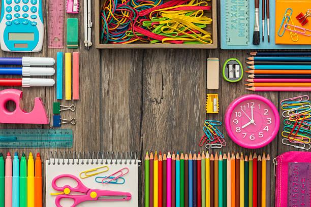 学校に戻る  - 学校の文房具 ストックフォトと画像