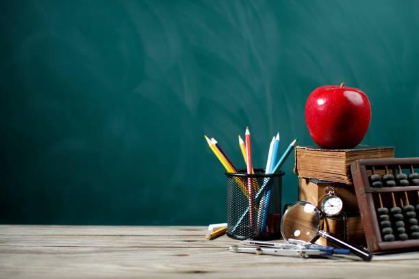 zurück to school - kreide farbe schreibtisch stock-fotos und bilder