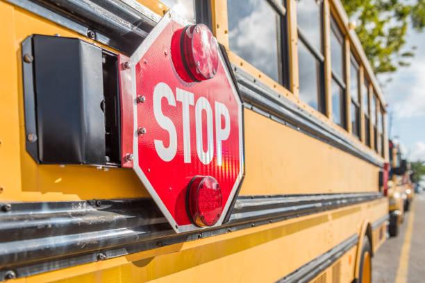 retour à l'école - bus scolaires photos et images de collection