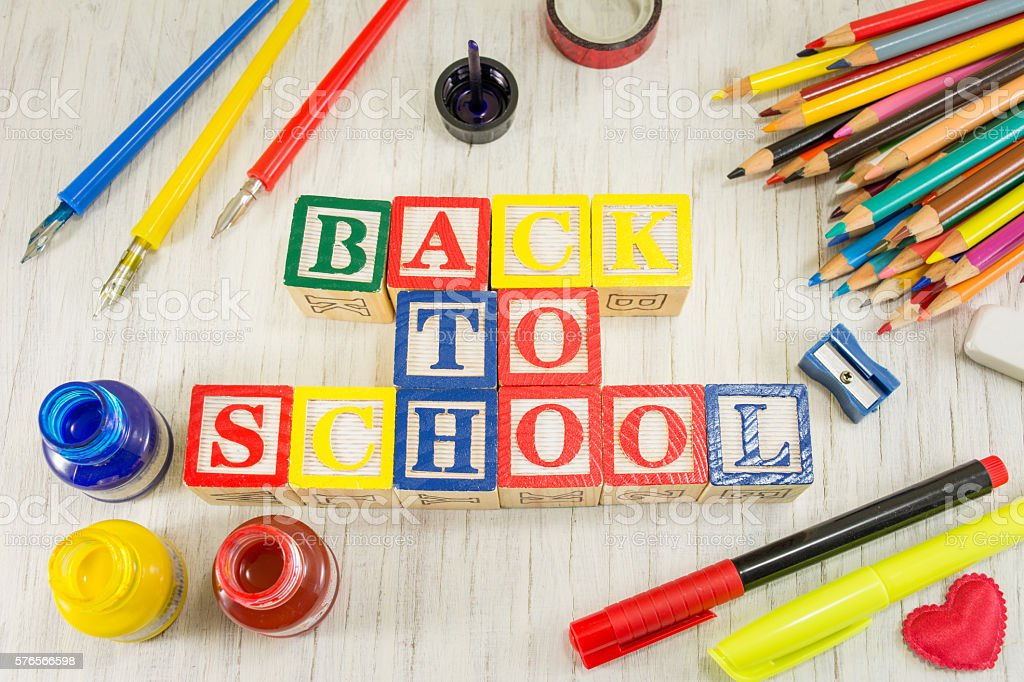 Back to school written with wooden cubicle letters - foto de stock