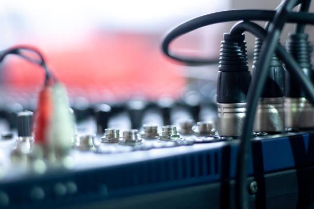 bakåtvy för ljud mixer utrustning i konsert hallen. ljud kablarna som är anslutna till blandnings växeln - audioutrustning bildbanksfoton och bilder