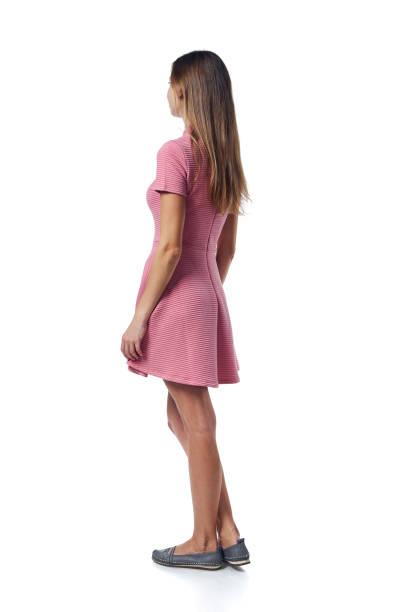 カジュアルに立ってピンクのドレスに若い女性のフルレングスをバックビュー - 背中 ストックフォトと画像
