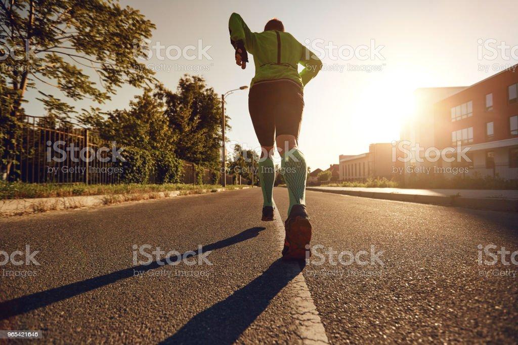 다시 보기. 도시의 거리를 실행 하는 남자의 다리 - 로열티 프리 거리 스톡 사진