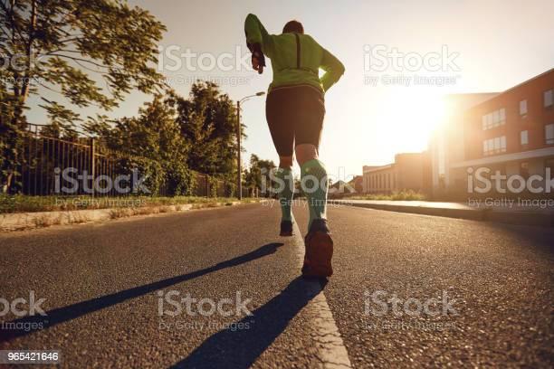 Foto de Vista Traseira Pernas De Homens Correndo Pelas Ruas Da Cidade e mais fotos de stock de Adulto