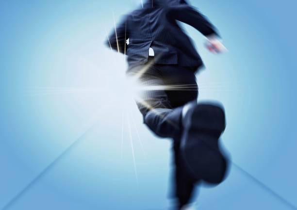 目標に向かって走るビジネスマンのバックビュー - ビジネスフォーマル ストックフォトと画像