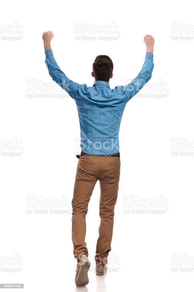 Retour à vue d'un homme casual célébrant les succès - Photo