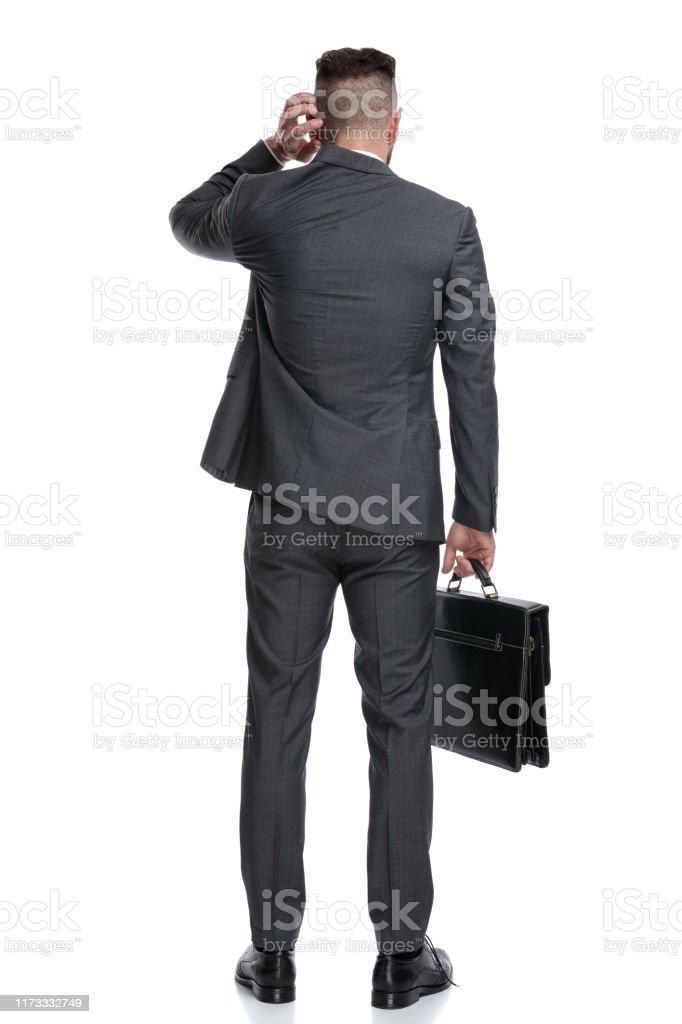 混乱したビジネスマンの頭を掻く後ろの見方 1人のストックフォトや画像を多数ご用意 Istock
