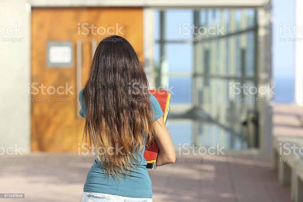 Vista trasera del adolescente Chica caminando hacia la escuela - foto de stock