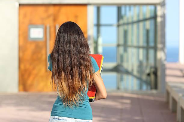 vista trasera del adolescente chica caminando hacia la escuela - regreso a clases fotografías e imágenes de stock
