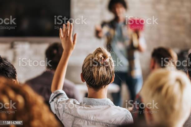 Rückenbild Einer Frau Will Eine Frage Zu Einem Seminar Stellen Stockfoto und mehr Bilder von Antworten