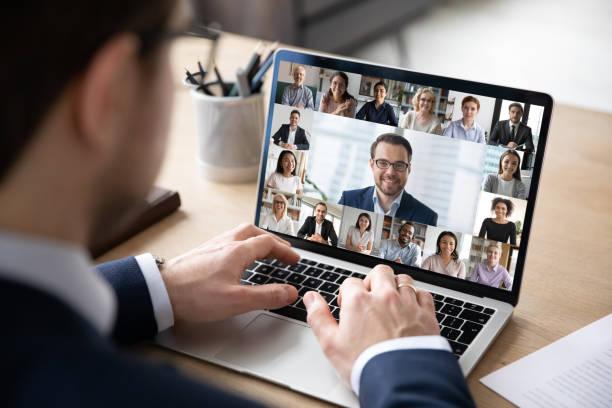 Rückansicht der Mitarbeiter haben Online-Webkonferenz mit Kollegen – Foto
