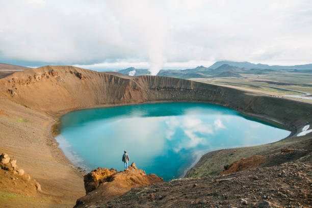 rückansicht des menschen blick auf majestätische vulkansee in island, krafla, see viti - iceland stock-fotos und bilder