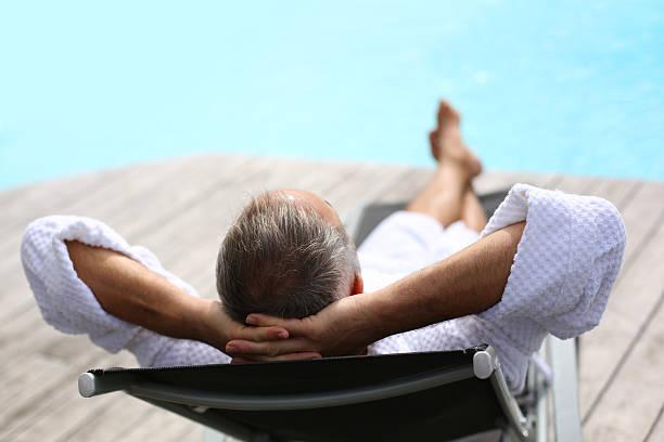 Rückansicht des nahen im Alter Mann ein Nickerchen in der Nähe des Swimmingpools – Foto