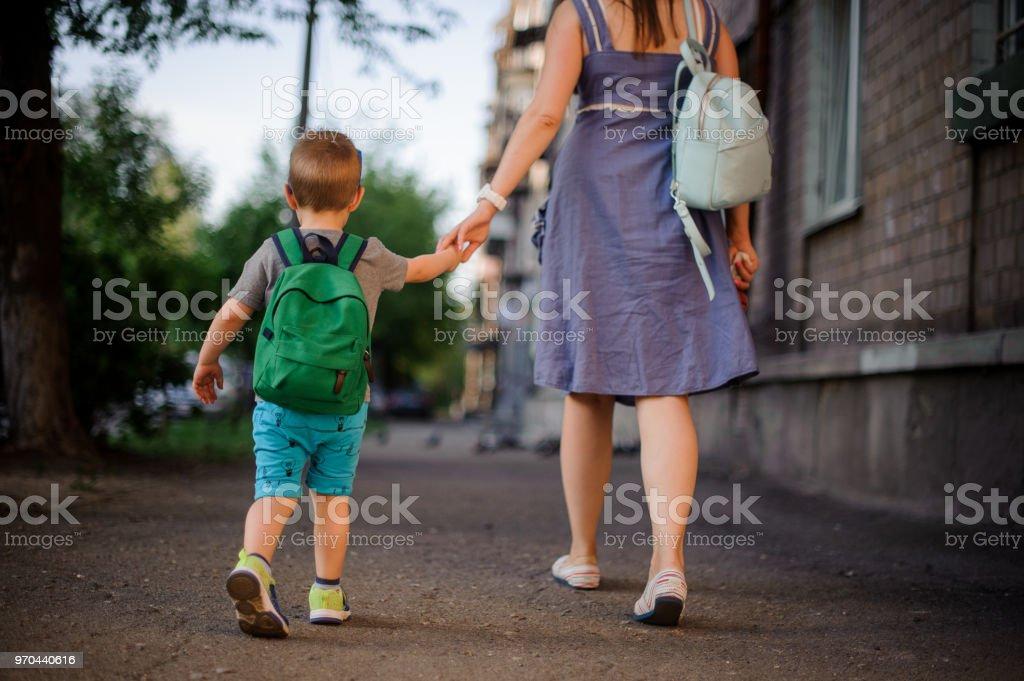 Rückansicht des Mutter mit einem kleinen Sohn mit einem Rucksack – Foto